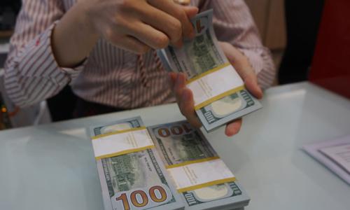 Giao dịch USD tại một ngân hàng thươngmại ở TP HCM. Ảnh:Anh Tú.
