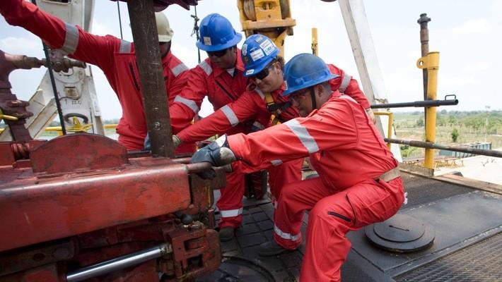OPEC đang cắt giảm sản lượng để vực dậy giá dầu.