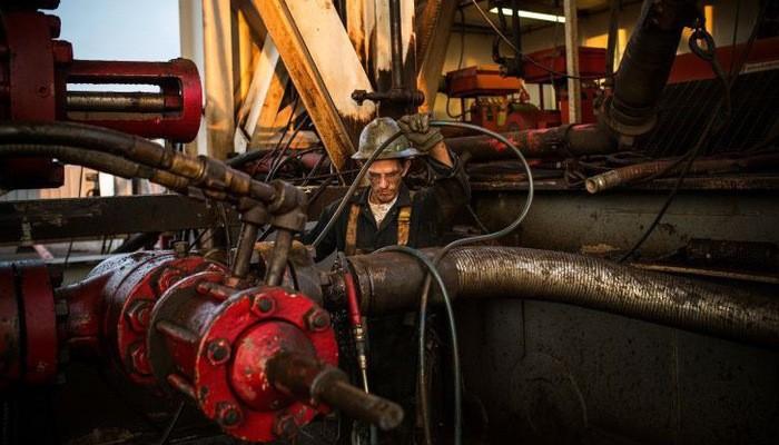 Trong 3 phiên vừa qua, giá dầu Brent tăng 9%, giá dầu WTI tăng 6% - Ảnh: Getty/CNBC.