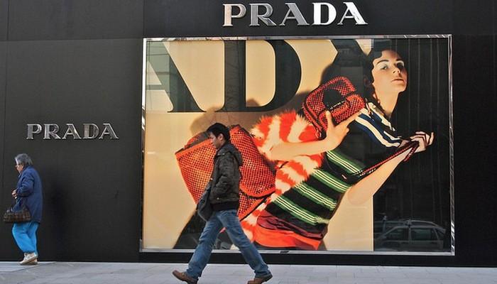 Bên ngoài một cửa hiệu Prada ở Thượng Hải, Trung Quốc.