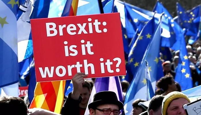 Một cuộc biểu tình ở London hồi năm 2018 kêu gọi tổ chức trưng cầu dân ý về thỏa thuận Brexit cuối cùng - Ảnh: AP.
