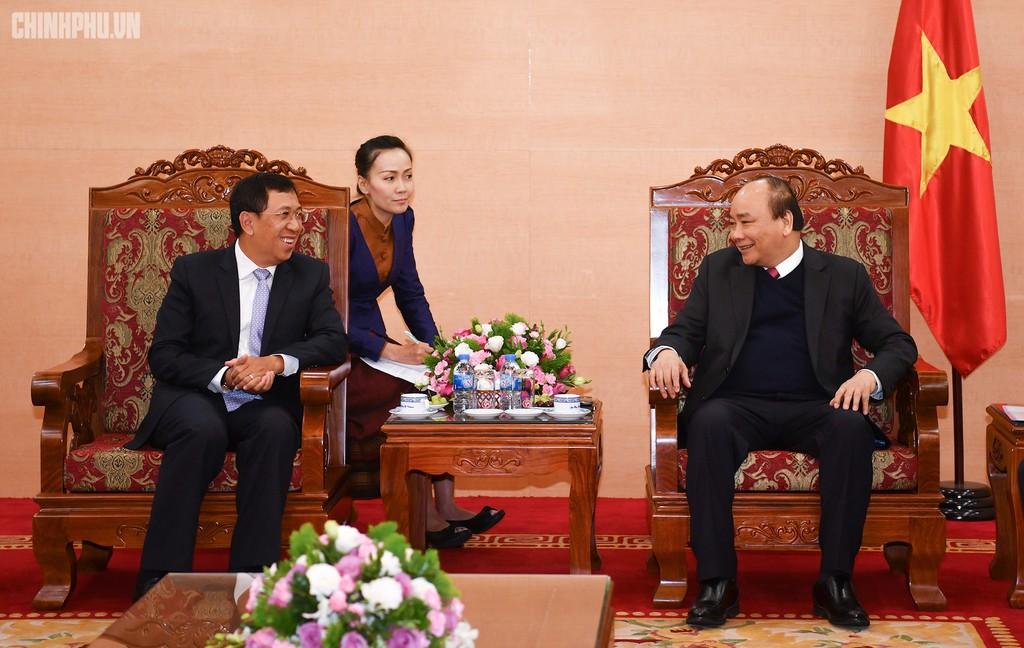 Thủ tướng Nguyễn Xuân Phúc tiếp Thống đốc Ngân hàng CHDCND Lào Sonexay Sitphayxay. Ảnh: VGP/Quang Hiếu