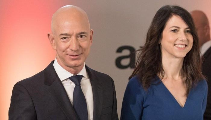Jeff Bezos và vợ - Ảnh: DPA.