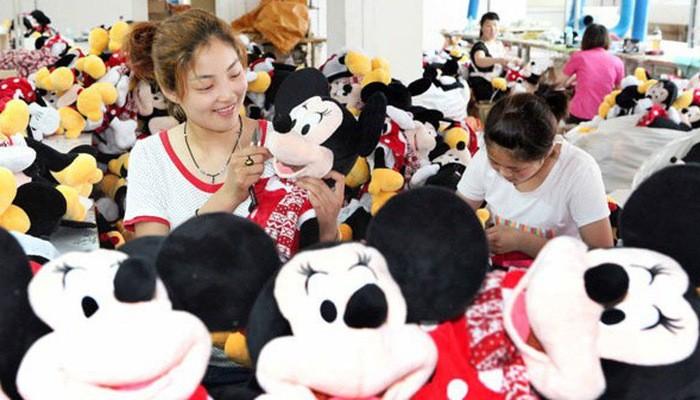 Công nhân làm việc trong một nhà máy sản xuất đồ chơi ở Trung Quốc - Ảnh: AsiaNews.