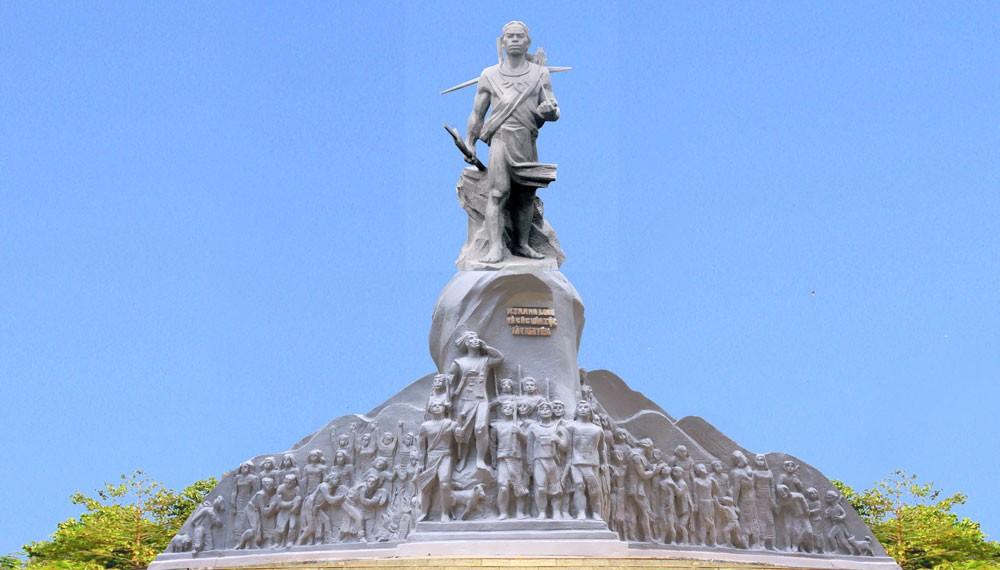 Dự án Tượng đài N'Trang Lơng được khởi công từ năm 2015, sau đó vướng lùm xùm về sự cố móng làm kéo dài tiến độ thực hiện. Nguồn: svhttdl.daknong.gov.vn