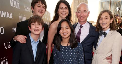 Ông chủ Amazon - Jeff Bezos cùng vợ và các con. Ảnh:AFP