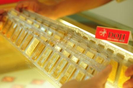 Giao dịch vàng tại một doanh nghiệp trong nước. Ảnh:PV.