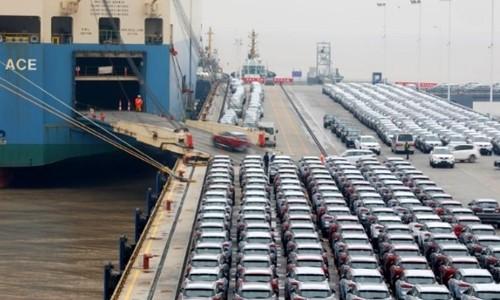 Xe hơi chuẩn bị xuất khẩu tại cảng biển ở Chiết Giang (Trung Quốc). Ảnh:Reuters