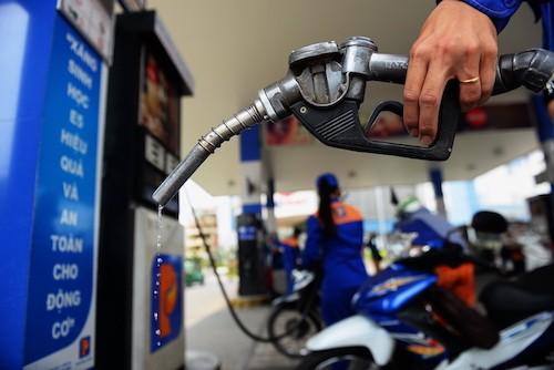 Bơm xăng tại một trạm ở TP HCM.Ảnh:Hữu Khoa.