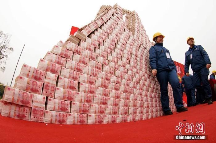 Choáng với tiền thưởng Tết chất thành 'núi' của công ty Trung Quốc - ảnh 1