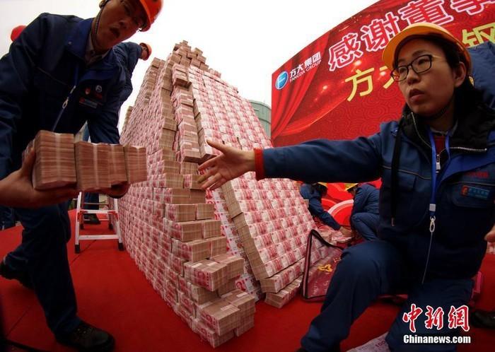 Choáng với tiền thưởng Tết chất thành 'núi' của công ty Trung Quốc - ảnh 2