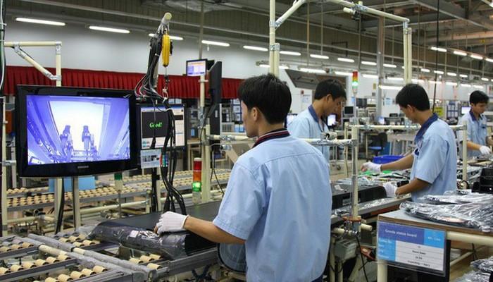 Công nhân làm việc trong một nhà máy của Samsung ở Việt Nam.