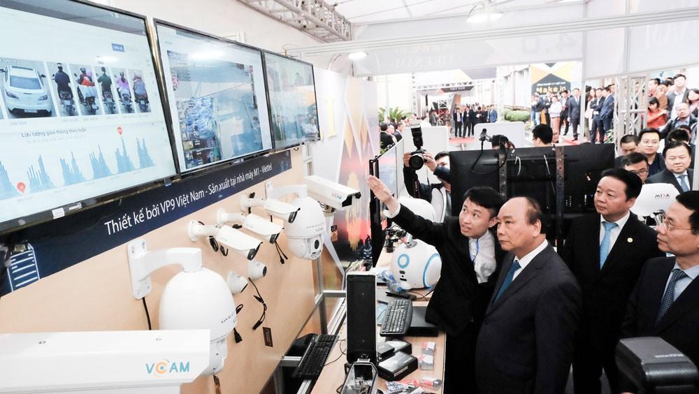 Nguyễn Đình Nam, CEO VP9 giới thiệu sản phẩm của công ty mình với Thủ tướng Nguyễn Xuân Phúc