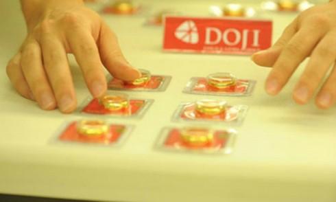 Giá vàng trong nước hiện cao hơn thế giới khoảng 500.000 đồng mỗi lượng.