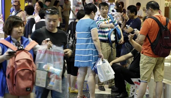Chi tiêu trung bình cho mua sắm của du khách Trung Quốc ở nước ngoài cũng giảm xuống còn 5.800 Nhân dân tệ (855 USD) vào năm ngoái.