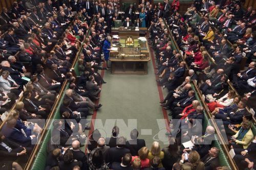 Thủ tướng Anh Theresa May (trái, hàng đầu) phát biểu tại phiên bỏ phiếu tín nhiệm của Hạ viện ở London ngày 16/1/2019. Ảnh: AFP/TTXVN