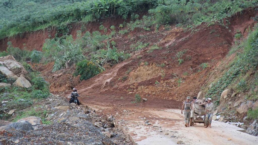 Tỉnh lộ 674 dài 36 km nối từ thôn Tam An, xã Sa Sơn đến làng Rẽ, xã Mo Ray (huyện Sa Thầy, tỉnh Kon Tum) bị sạt lở từ giữa tháng 7/2018. Ảnh: Hữu Phúc