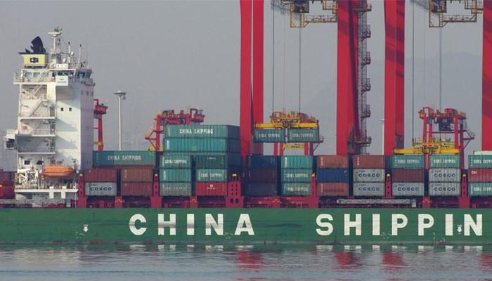 Những container hàng hóa đang được dỡ xuống từ tàu chở hàng ở một bến cảng thuộc tỉnh Sơn Đông, Trung Quốc - Ảnh: Getty/Fortune.