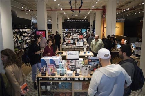 Người tiêu dùng Mỹ mua sắm tại cửa hàng bán lẻ 4 sao đầu tiên tại Manhattan, New York (Mỹ). Ảnh: TTXVN phát
