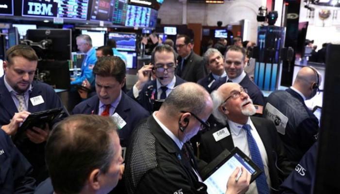 Các nhà giao dịch cổ phiếu trên sàn NYSE ở New York, Mỹ ngày 30/1 - Ảnh: Reuters.