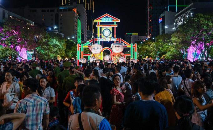 Đông nghịt người dân tham quan đường hoa Nguyễn Huệ - ảnh 1