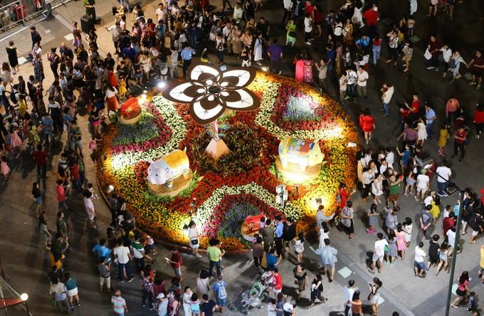 Đông nghịt người dân tham quan đường hoa Nguyễn Huệ - ảnh 3
