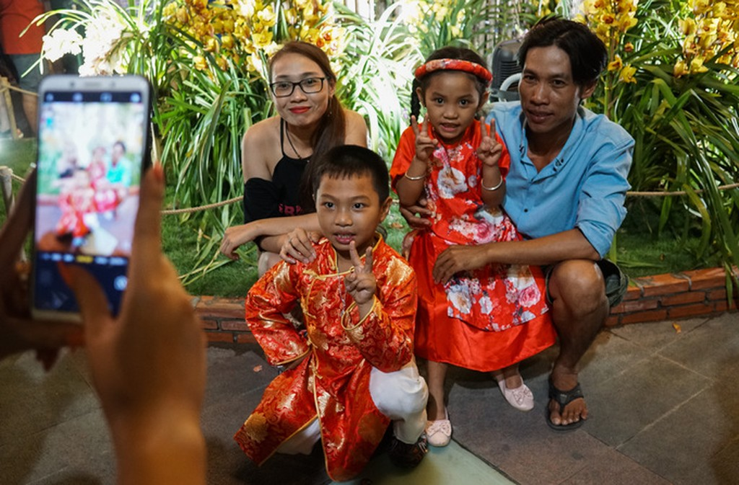 Đông nghịt người dân tham quan đường hoa Nguyễn Huệ - ảnh 6