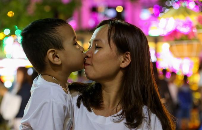 Đông nghịt người dân tham quan đường hoa Nguyễn Huệ - ảnh 7
