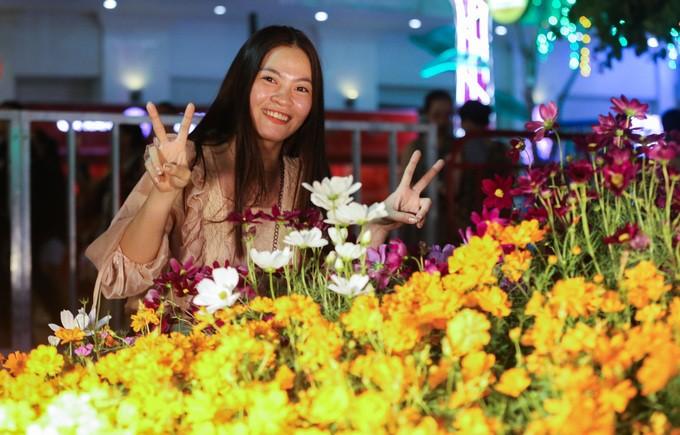 Đông nghịt người dân tham quan đường hoa Nguyễn Huệ - ảnh 8
