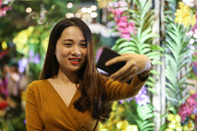 Đông nghịt người dân tham quan đường hoa Nguyễn Huệ - ảnh 9