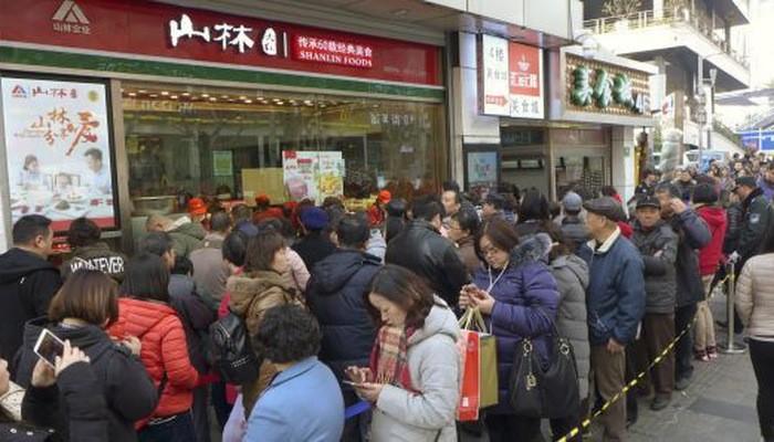 Người Trung Quốc xếp hàng chờ mua hàng Tết ở Thượng Hải - Ảnh: Getty/CNBC.