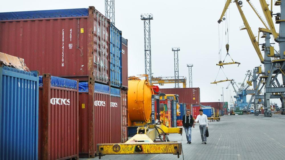 """Nguyên nhân ùn ứ hàng chục ngàn container phế liệu tại các cảng là các đoàn kiểm tra """"quá cồng kềnh"""", phương pháp kiểm tra có vấn đề. Ảnh: Nhã Chi"""