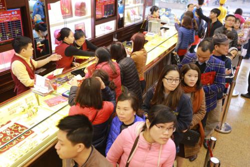 Rất nhiều người dân đổ xô mua vàng ngày vía Thần Tài năm 2018 để mong may mắn.