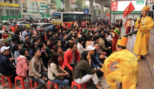"""Tại """"phố vàng"""" khác ở Cầu Giấy (Hà Nội), ngay trước giờ đi làm, lượng người ngồi chờ để vào mua vàng cũng rất đông. Ảnh:Anh Tú."""