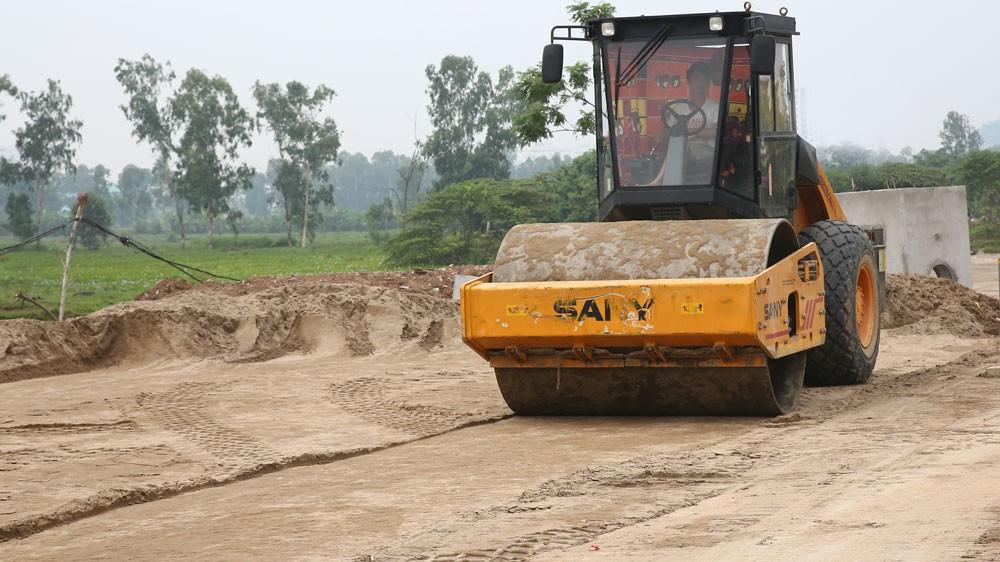 Gói thầu xây lắp số 01 San lấp mặt bằng thuộc Dự án Đầu tư hạ tầng kỹ thuật Cụm Y tế Tân Kiên, huyện Bình Chánh, TP.HCM. Ảnh: Nhã Chi