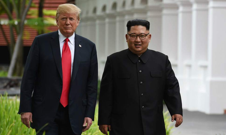 Tổng thống Mỹ Donald Trump (trái) và Chủ tịch Triều Tiên Kim Jong-un tại hội nghị thượng đỉnh ở Singapore hồi tháng 6/2018. Ảnh: AFP.