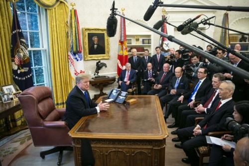 Tổng thống Mỹ - Donald Trump gặp Phó thủ tướng Trung Quốc - Lưu Hạc hôm 22/2. Ảnh:Bloomberg