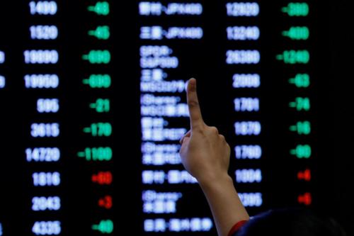 Một nhà đầu tư giơ ngón tay thể hiện sự kỳ vọng với chứng khoán Nhật Bản năm nay. Ảnh:Reuters