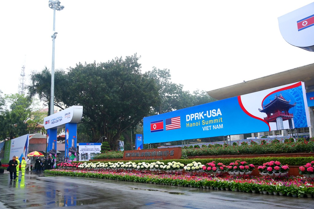 Hà Nội rực rỡ cờ hoa trước Hội nghị Thượng đỉnh Hoa Kỳ - Triều Tiên - ảnh 1