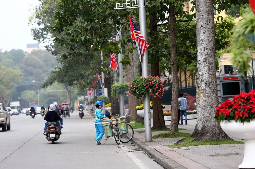 Hà Nội rực rỡ cờ hoa trước Hội nghị Thượng đỉnh Hoa Kỳ - Triều Tiên - ảnh 8
