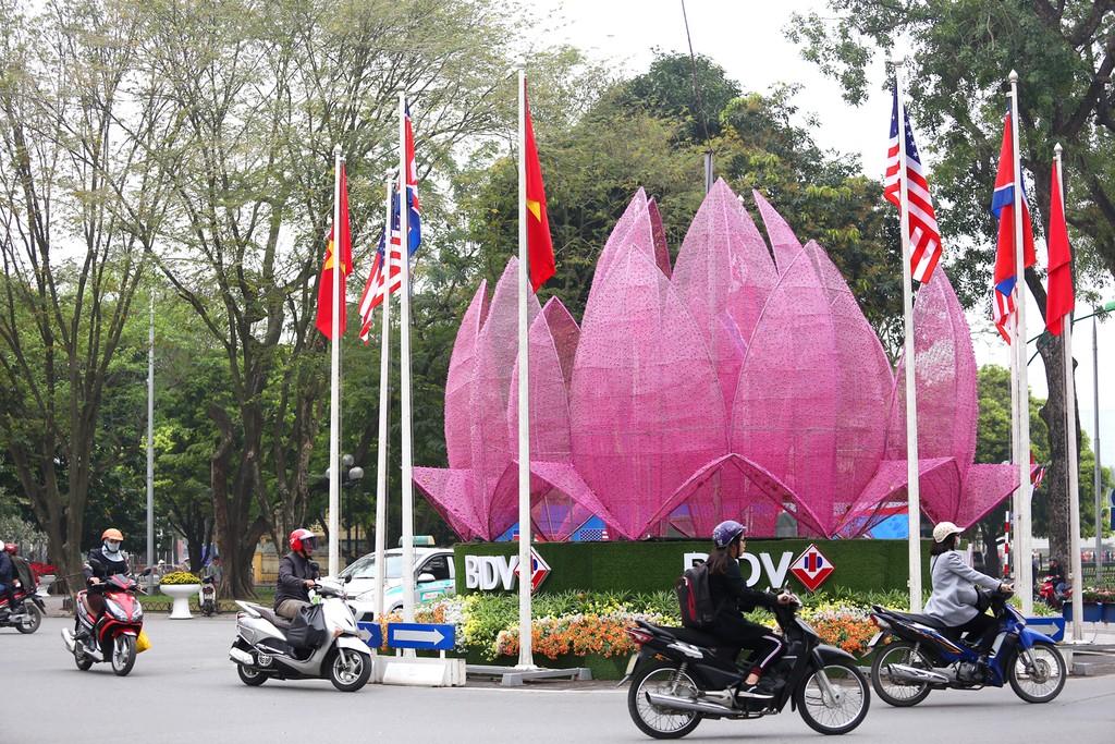 Hà Nội rực rỡ cờ hoa trước Hội nghị Thượng đỉnh Hoa Kỳ - Triều Tiên - ảnh 9