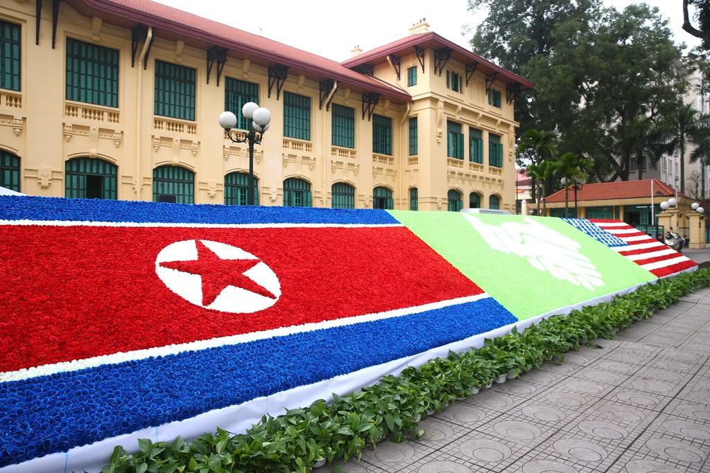 Hà Nội rực rỡ cờ hoa trước Hội nghị Thượng đỉnh Hoa Kỳ - Triều Tiên - ảnh 10