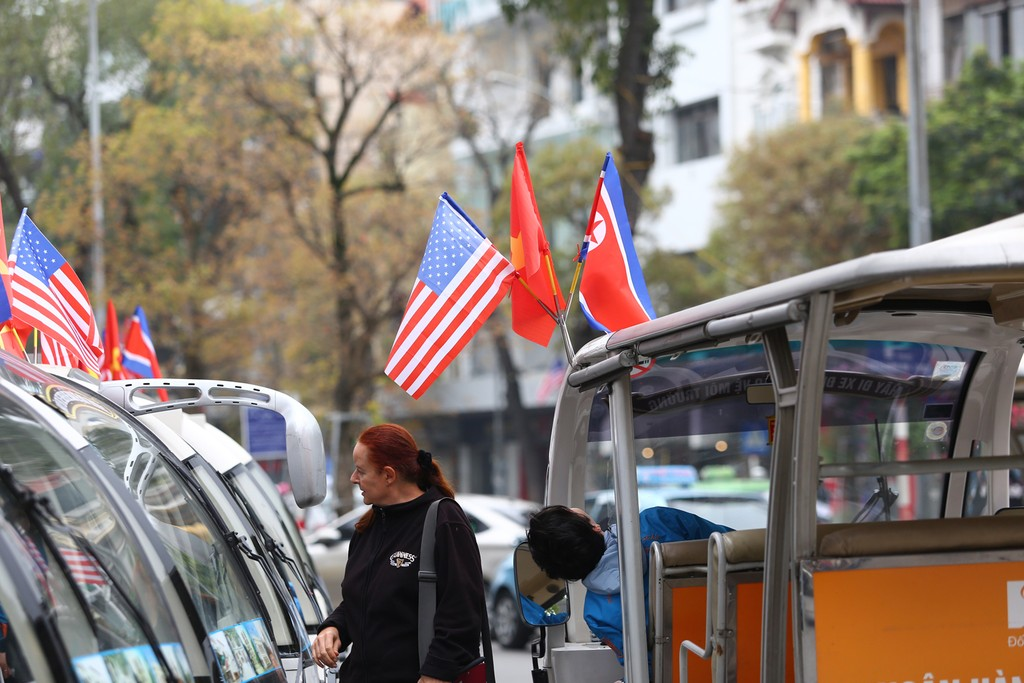 Hà Nội rực rỡ cờ hoa trước Hội nghị Thượng đỉnh Hoa Kỳ - Triều Tiên - ảnh 11