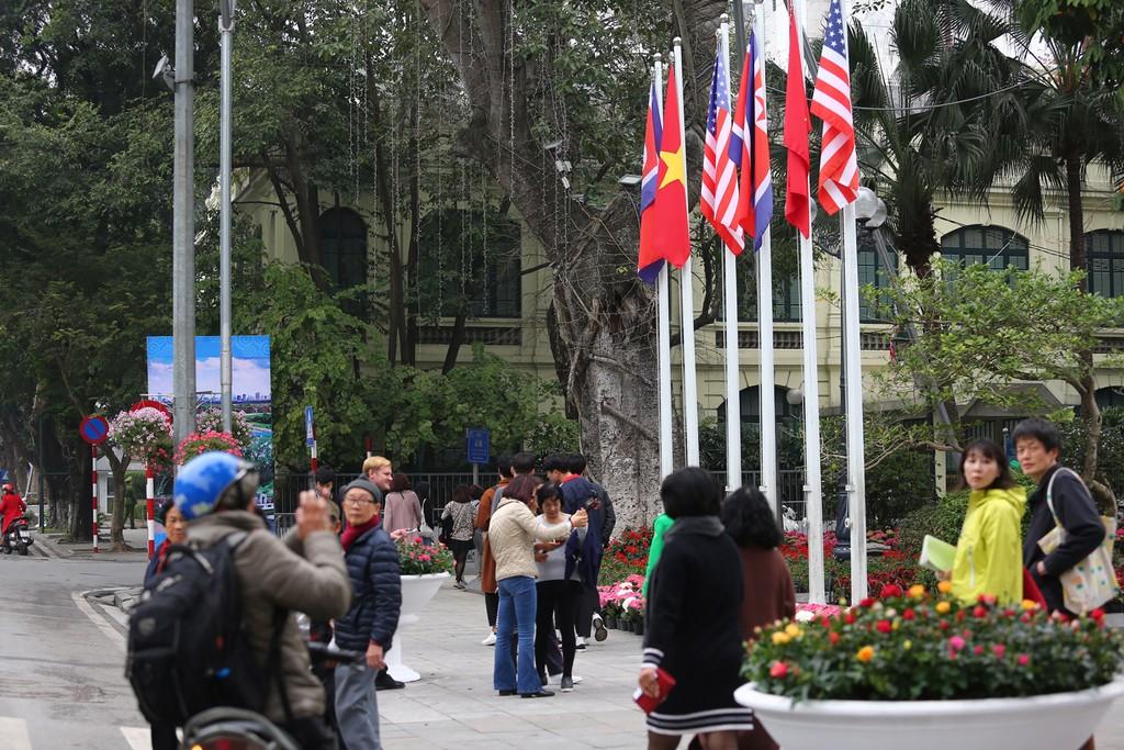 Hà Nội rực rỡ cờ hoa trước Hội nghị Thượng đỉnh Hoa Kỳ - Triều Tiên - ảnh 12