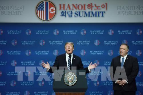 Tổng thống Mỹ Donald Trump (trái) và Ngoại trưởng Mike Pompeo tại cuộc họp báo sau Hội nghị thượng đỉnh Mỹ-Triều lần hai ở Hà Nội ngày 28/2/2019. Ảnh: THX/TTXVN