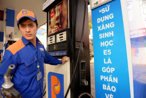Giá xăng trên thế giới đang tăng cao. Ảnh:Hữu Khoa.