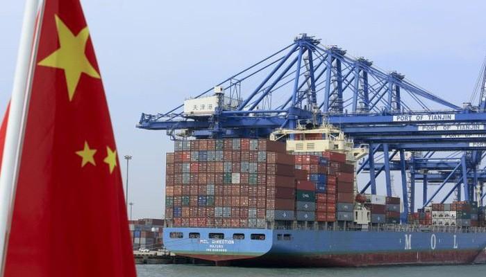 Những container hàng hóa đang được dỡ xuống từ một tàu chở hàng đậu ở cảng Thiên Tân của Trung Quốc - Ảnh: Bloomberg/CNBC.