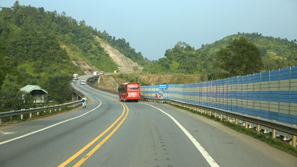 Cải thiện hạ tầng giao thông sẽ giúp Việt Nam trở thành trung tâm vận tải tại khu vực ASEAN. Ảnh: Lê Tiên