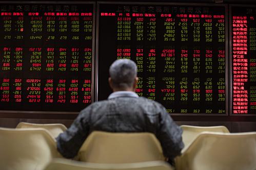 Một nhà đầu tư Trung Quốc đang theo dõi bảng điện tử. Ảnh:AFP