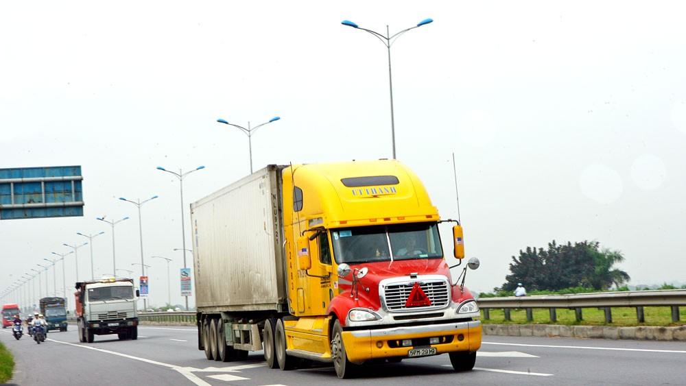 Theo kết quả khảo sát của Ngân hàng Thế giới, tỷ lệ xe vận chuyển hàng hóa đường bộ chạy không tải chặng về tại Việt Nam lên đến 50 - 70%. Ảnh: Tường Lâm